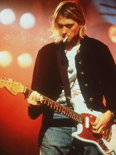 photo non datée de Kurt Cobain sur scène, avec sa guitare Fender Mustang, qui a par la suite pris son nom. © AP/SIPA-CLP