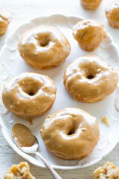 Banana Bread Donuts mit gebräunter Butter Caramel Glaze - Bananenbrot in Form von weichen, flauschigen gebackenen Krapfen und Donut Löcher !!  No-Mixer Rezept, das so zu machen Muffins so einfach ist!  Die Glasur macht sie IRRESISTIBLE !!