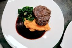 Filetsteak mit Süsskartoffelpüree & Aroniasauce - Bine kocht! Steaks, Main Dishes, Meat, Food, Filet Of Beef, Souffle Dish, Browning, Easy Cooking, Easy Meals