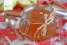 Confettura di mele e cannella, una confettura aromatica e semplice da preparare ideale da sola, per dolci e biscotti, con formaggio o come idea regalo.
