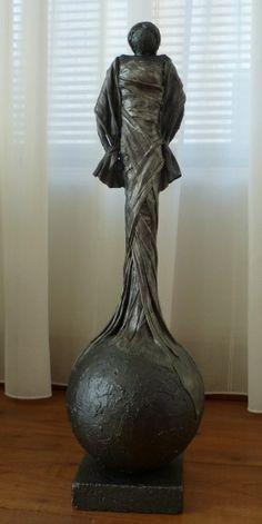 Eigen Handgemaakt decoratie beeld of figuur van Dame op een bol. Mooie woonaccessoire passend in bijna iedere woninginrichting.