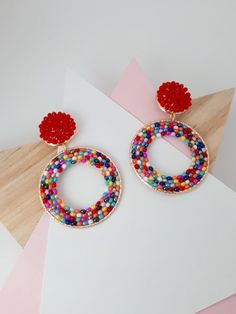 ARETES ROJO Y MULTICOLOR - Comprar en Grapeaccesorios Seed Bead Earrings, Seed Beads, Jewerly, Stitch, Diy, Accessories, Instagram, Jewelry Making Tutorials, Bugle Beads