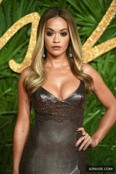Rita Ora wearing a vintage Versace dress at the 2017 Fashion Awards held at Royal Albert Hall in London, England, on December 2017 Hottest Female Celebrities, Beautiful Celebrities, Rita Ora, Sexy Dresses, Nice Dresses, Versace Dress, Dress Makeup, Woman Crush, Editorial Fashion
