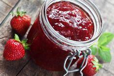 Recette de confiture de fraises au Thermomix TM31 ou TM5. Réalisez cette petit déjeuner en mode étape par étape comme sur votre robot !