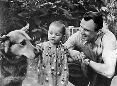 Yuri Gagarin (1934 – 1968), a Russian cosmonaut, the first human in space, with his daughter Elena. 1961. #Russia #cosmonaut #Yuri_Gagarin
