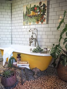 How to style and organize small bathrooms. Inspiring ideas and tricks you can use to turn your tiny bathroom into anothe Bad Inspiration, Bathroom Inspiration, Bathroom Ideas, Budget Bathroom, Bathroom Styling, Bathroom Remodeling, Interior Inspiration, Deco Cool, Casa Loft