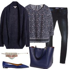 Outfit sui toni del blu, jeans skinny scuri, con blusa micro stampa, scaldata dal cardigan aperto con collo sciallato, ballerine a punta e capiente borsa, a dare movimento il delizioso bracciale.
