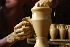 """""""Levanta-te, e desce à casa do oleiro, e lá te farei ouvir as minhas palavras.E desci à casa do oleiro, e eis que ele estava fazendo a sua obra sobre as rodas,Como o vaso, que ele fazia de barro, quebrou-se na mão do oleiro, tornou a fazer dele outro vaso, conforme o que pareceu bem aos"""