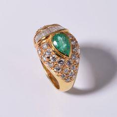 Gelbgoldring mit Smaragd und Diamanten