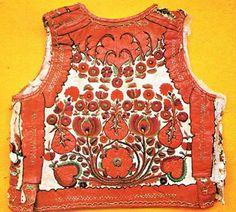Fehérített juhbőrből készült mellény, gazdag vörös irharátéttel és dús selyem hímzéssel (Kalotaszeg, v. Kolozs m., 20. sz. eleje) -Erdély Bohemian Costume, Embroidery Motifs, Leather Art, Lany, Traditional Outfits, Costumes, Sharpies, Inspiration, Doodle