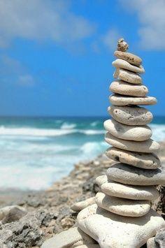 Balance - beach rocks, pirámide de piedras en la playa