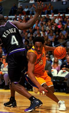 Kobe Bryant Getting Around Webber, Kobe Bryant Family, Kobe Bryant 24, Nba Players, Basketball Players, Kobe Bryant Pictures, Chris Webber, Kobe Mamba, Shooting Guard, Kobe Bryant Black Mamba