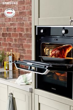 The Samsung Dual Cook Flex™ electric built-in oven provides extra flexibility by letting you cook at two temperatures within the same oven. Home Decor Kitchen, Diy Kitchen, Home Kitchens, Stairs In Kitchen, Kitchen Tiles, Kitchen Table Lighting Fixtures, Oliver House, Clubhouse Design, Built In Ovens