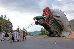 Rodéo mécanique. Arriveront-ils à remettre sur ses roues ce camion sur chargé? Jusqu'ici, pourtant, tout allait pour le mieux. Son cha...