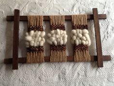 Bastidor fijo Weaving Loom Diy, Weaving Art, Tapestry Weaving, Hand Weaving, Creative Textiles, Fibre And Fabric, Boho Wall Hanging, Textile Fiber Art, Tapestry Design
