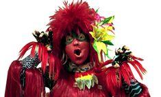 Caipora (Castelo RaTimBum) A Caipora aparece sempre que alguém assobia. Vive com fome, tem sempre muita história para contar, especialmente aquelas que envolvem o folclore brasileiro. Nostalgia, Culture, Christmas Ornaments, Holiday Decor, Artist, Pictures, Image, Homeland, Brazil