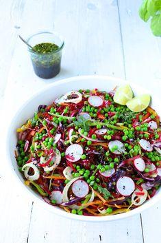 Leckere, einfache Vorspeise vom Grill mit gegrillten Ajvar-Zucchini-Rollen, einer würzigen Miso-Mayonnaise und einer Zitronencreme.
