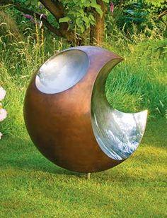 Mușcă. Într-o sferă de cupru, trei curbe concave din oțel inoxidabil lustruit oglinda creează suprafețe reflectorizante care atrag privitorul și să reflecte împrejurimile.