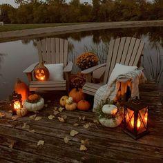 White Pumpkin Centerpieces, Pumpkin Arrangements, Thanksgiving Centerpieces, Glitter Pumpkins, Faux Pumpkins, White Pumpkins, Beautiful Farm, Fun Cup, Fall Halloween
