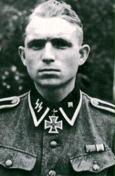 "Egon Christofersen (8 Februari 1919 - 15 Januari 1988) Ritterkreuz (11 Juli 1944) : SS-Unterscharführer der Reserve dan Gruppenführer 7./SS-Freiw.PzGrenRgt 24 ""Danmark"" Dienstgrad: SS-Unterscharführer der Reserve"