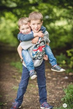 Little Boy Photography, Sibling Photography Poses, Sibling Photo Shoots, Boy Photo Shoot, Kids Photography Boys, Sibling Photos, Outdoor Photography, Photography Props, Family Picture Poses