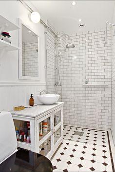 Förvaringen under handfatet. Bathroom Toilets, Basement Bathroom, Bathroom Storage, Master Bathroom, Bathroom Cabinetry, Small Bathroom With Shower, Small Space Bathroom, Black White Bathrooms, White Bathroom Tiles
