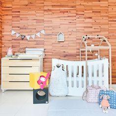 Inspiração: Lindo quarto produzido com os móveis da @bodododesign , o lindo enxoval da @minhapessoinha , as bolsas da @petit4youdesignforkids , os bichinhos encantadores da @orangotangoloja , e o kit higiene da loja @mimootoysndolls .😍    Foto: Sidney Doll  Produção: Fernanda Emmerick agora na @revistamamaeachei  Realização: @mixconteudo    Encontre tudo aquihttp://www.mamaeachei.com.br/ #decor #decoração #enxoval #quartodebebe #berço #bichinhos #babybag #quartolindo #babyroom