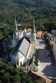 Basílica de Nossa Senhora do Rosário e o Castelo dos Arautos | Construído há menos de 10 anos este é o principal de 3 complexos da irmandade católica dos Arautos na Serra da Cantareira