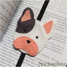 Felt Crafts Diy, Arts And Crafts, Diy Paper, Paper Crafts, Homemade Bookmarks, Cross Stitch Thread, Felt Bookmark, Felt Brooch, Baby Store