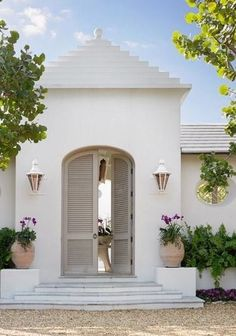 99 Design Of The Exterior Entrance Of The House That Looks Luxurious - Make sure a window is placed near the north-east corner. The role of the construction sets the way to open doors. Exterior Paint Colors, Exterior Design, Interior And Exterior, Exterior Shutters, Stucco House Colors, Gray Exterior, Br House, Courtyard Entry, Home Modern
