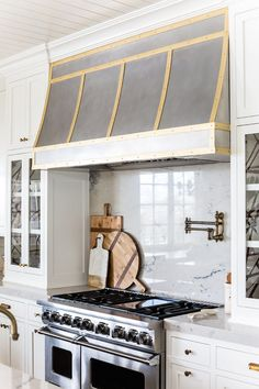 Stunning kitchen remodel by Ivory Lane. Check out that custom range hood! Kitchen Vent Hood, Kitchen Oven, New Kitchen, Brass Kitchen, Kitchen Fixtures, Beech Kitchen, Kitchen Paint, Home Design, Interior Design