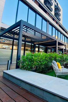 Habillez votre terrasse avec la pergola bioclimatique NAO.   #pergola #design #piscine #hôtel #terrasse