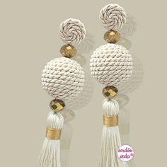 Pendientes formados por una bola de cordón de seda, dos bolitas de cristal y borlón combinado crudo con dorado. Un pendiente ideal que pega con todo.