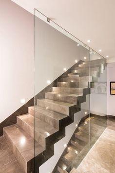 escaleras iluminadas: Vestíbulos, pasillos y escaleras de estilo por URBN