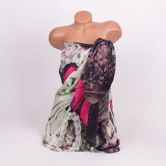 Дамско парео за лятото от нежна коприна с декорирани пеперуди в цикламен цвят, изпъстрено с краски в лилаво, зелено и виолетово.