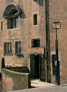Dalhousie Street entrance of Glasgow School of Art Glasgow Girls, Glasgow School Of Art, Art School, Mackintosh Furniture, Charles Rennie Mackintosh, Sense Of Place, Modern Artists, Arts And Crafts Movement, Households