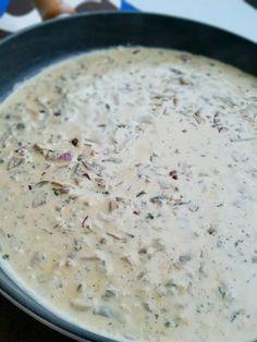 Den godaste champinjonsåsen som kan avnjutas till det mesta. Servera såsenmed pasta, riven parmesan, ruccola och lite balsamico.
