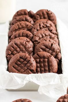 Chocolate peanut butter cookies are the best of both worlds. If you love soft chewy peanut butter cookies this chocolate version is for you! Potluck Desserts, Dessert Recipes, Easy Desserts, Baking Desserts, Drink Recipes, Appetizer Recipes, Saltine Toffee, Toffee Candy, Amanda