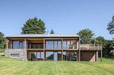 Dieses Holzhaus gibt sich sowohl außen als auch innen modern…