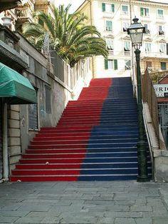 Una scalinata rossoblù a Castelletto, Genova, Liguria (Italia)