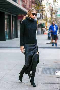 Another black outfit on our list. As you can see, this color is gaining popularity again. A loose knit sweater and silk skirt are perfect for an evening outfit. Slip Dress Outfit, Black Slip Dress, Winter Dress Outfits, Blue Skirt Outfits, Outfit Winter, Spring Outfits, Dress Shoes, Shoes Heels, Mode Outfits