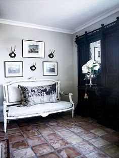 Have a look at these black and white decor ideas. The Luxury Spot shares rustic black and white decor ideas done right. Living Room Decor, Living Spaces, Living Rooms, My French Country Home, French Style, Country Chic, Interior Decorating, Interior Design, Decorating Ideas