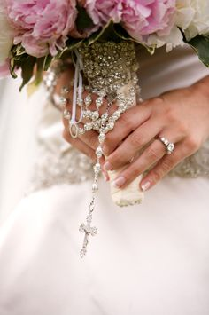 rosary around bouquet.. this is so pretty.  I am totally doing this!