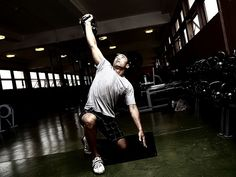 Viele Athleten trainieren die Schultern falsch. In diesem Artikel erfährst du häufigsten Fehler und bekommst ein Workout vorgestellt, dass dir dabei hilft, muskuläre Dysbalancen auszubessern und dennoch breite Schultern aufzubauen.
