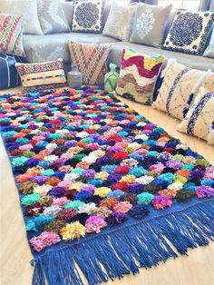 "Berber wool kilim rug with ""boucherouite"" pom-pom patterns - Handmade Weaving Loom Diy, Hand Weaving, Pom Pom Rug, Pom Poms, Homemade Rugs, Boucherouite, Latch Hook Rugs, Pom Pom Crafts, Custom Cushions"