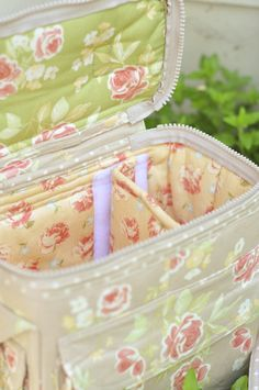 Most awesome camera bag ever! - website takes you to the link for the original designer and where to buy her book with instructions/patterns. Tote Purse, Tote Handbags, Sewing Hacks, Sewing Projects, Mk Bags, Fabric Bags, Quilted Bag, Organizer, Bag Making