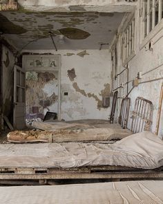 Sanatorium beds As a mental health worker I am so glad these places were closed down - Dinky! Old Abandoned Buildings, Abandoned Asylums, Old Buildings, Abandoned Places, Mental Asylum, Insane Asylum, Creepy, Scary, Abandoned Hospital