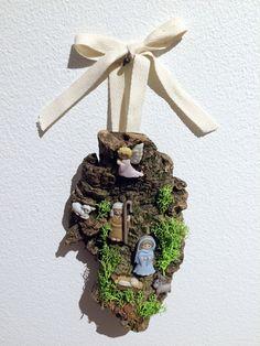 Pequeno presépio de pendurar com figuras em resina, cortiça, musgo artificial e fita de algodão