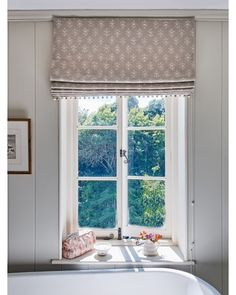 Hottest Totally Free country Roman Blinds Ideas Roman blinds are a popular favourite among conscious homeowners as they feature a stylish, stylish and affordable soluti Fabric Blinds, Curtains With Blinds, Cottage Blinds, Bedroom Blinds, Master Bedroom, Susie Watson, Silver Mist, Bathroom Vinyl