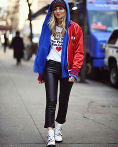 A blogueira mais influente do momento Chiara Ferragne sempre gosta de apresentar tendências fortes em seu looks de fashion week. Dessa vez não foi diferente, com peças mega confortáveis e altamente estilosas, a blogger mostrou que o fluffy coach e as t-shirts gráficas com frases de efeito são hit da estação.